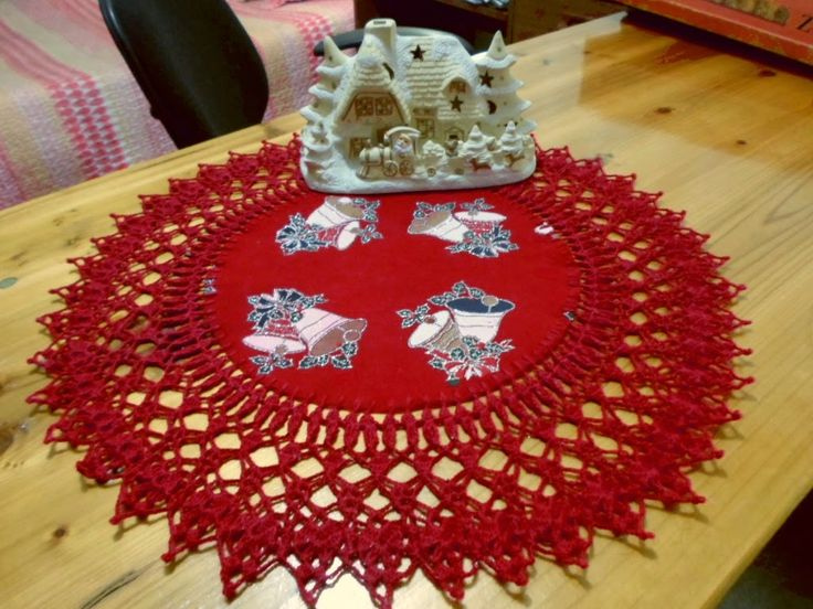 Red Christmas Certerpiece. Hermoso centro de mesa con borde a crochet.