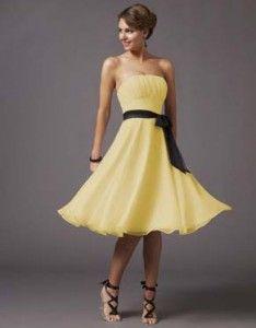 Vestido amarillo, cinturón negro.