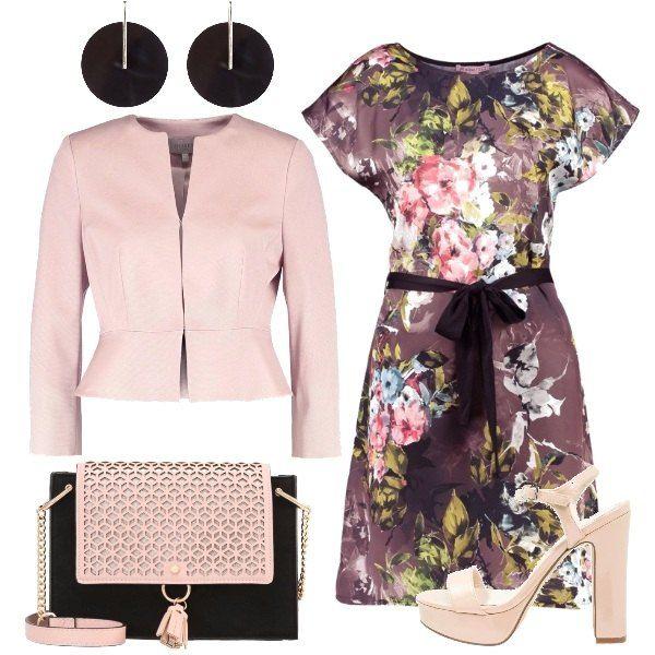 Propongo questo bellissimo vestito floreale abbinato ad un blazer corto, sandali con plateau, borsa a tracolla con chiusura magnetica e un paio di orecchini in metallo.