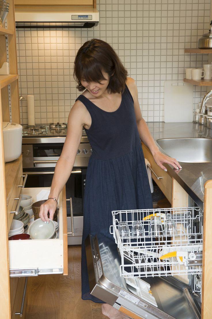 食器は、食洗機から棚へ楽に移動。家事の手間が省けるよう動線を考えた。