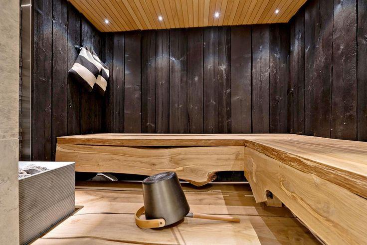 The elegant oak benches in the sauna. Tyylikkäät tammilauteet saunassa.