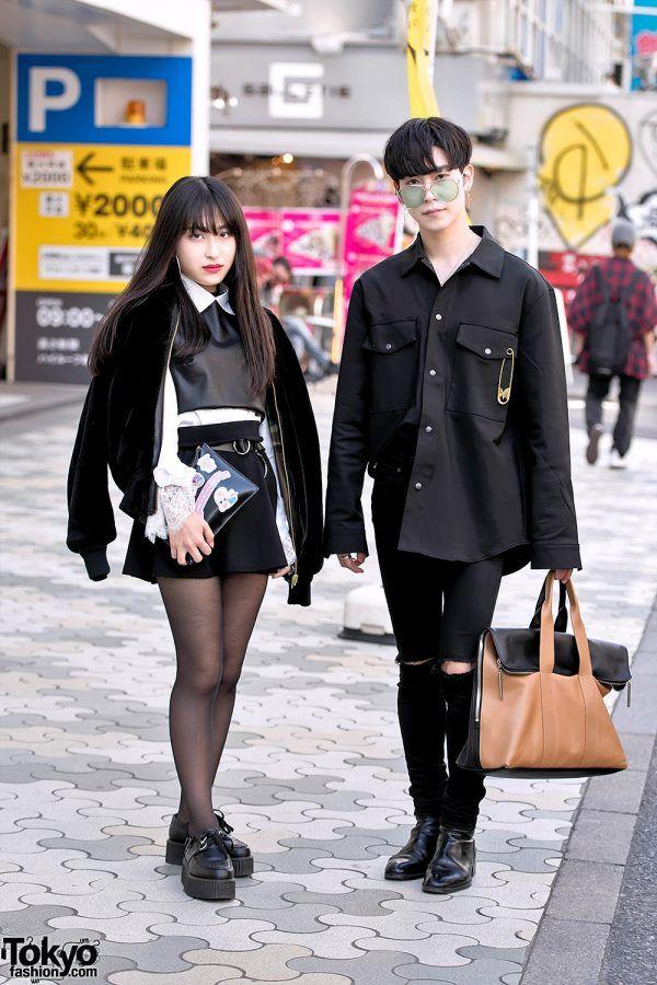 HARAJUKU STREET STYLE DENGAN JOYRICH, LULU GUINNESS, ANDERSSON BELL, GENTLE MONSTER & CHUU X ESTHER KIM  Berita Fashion Jepang – Kami bertemu Risa dan Ryo di jalan Harajuku dekat dengan LaForet Department Store yang terkenal.  Risa – seorang siswa berusia 20 tahun, di sebelah kiri – mengenakan jaket Joyrich dengan atasan t-shirt Zara, rok mini hitam, dan pelengkung platform hitam. Tas cluthnya dari Lulu Guinness, dihiasi stiker dari Chuu x Esther Kim. Ikuti Risa di Instagram dan Twitter…