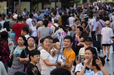 La llegada de segundos hijos en China no frena el envejecimiento. En el primer semestre nacieron 800.000 bebés, y no los 4 millones de la previsión oficial más optimista. Macarena Vidal Liy   El País, 2016-10-30 http://internacional.elpais.com/internacional/2016/10/29/actualidad/1477756409_636619.html