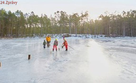 Bruslení v přírodě je krásné i nebezpečné: Jak se vyvarovat pádu pod led a co dělat, když se to stane?