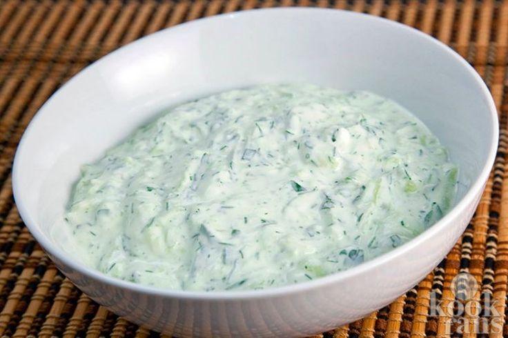 Deze tzaziki is heerlijk bij salades, vlees en op stokbrood Het zonnetje schijnt weer en de zomer is nu echt gearriveerd. Als je het nog niet gedaan hebt, is het nu echt tijd om de barbecue uit de schuur te halen. Deze tzaziki is heerlijk bij gegrild vlees en groente, maar ook op een stokbroodje is