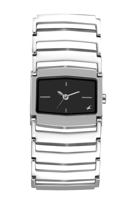 This mid-sized shaped case gets a rather chunky look with the metal bracelet. The bold broad look of the strap gives this otherwise simplistic looking watch a very differentiated look. The broad metal bracelet, which showcases the black dial, brings forth a trendy look for the new age girl.