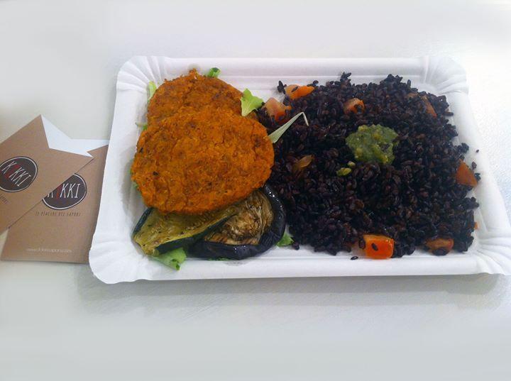 Cosa mangio domani a pranzo? Riso venere cotto al dente burger di farro carote e patate. Zucchine e melanzane alla griglia ;-) #kikkisapori #bologna #consegnaadomicilio