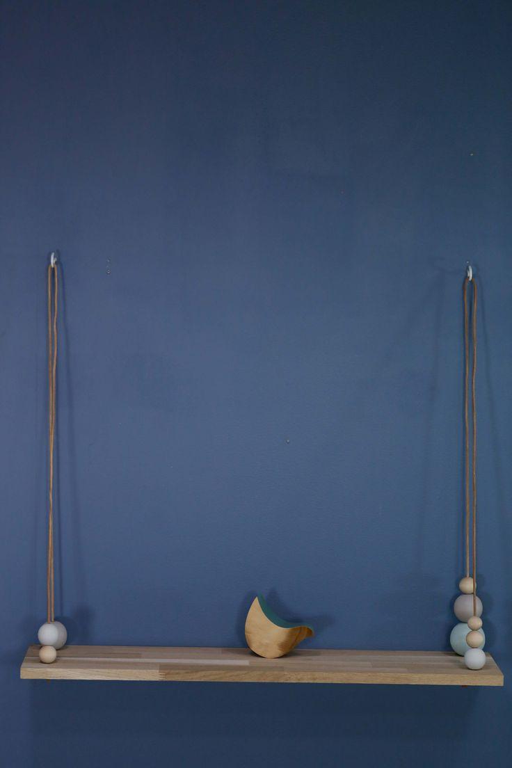 LILY Hylle i eik med læroppheng og trekuler i ulike pastellfarger.  Bredde: 80 cm Dybde: 20 cm Høyde: 50 cm