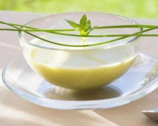 Crème froide régime de concombre, pomme et avocat : http://www.fourchette-et-bikini.fr/recettes/recettes-minceur/creme-froide-regime-de-concombre-pomme-et-avocat.html