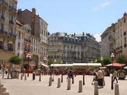 Place Grenette. Un endroit idéal pour profiter d'une belle journée en sirottant une boisson rafraîchissante!    Courtesy of msn.logic-immo.com