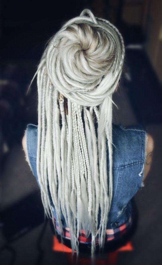 Kostenloser Versand für Bestellungen über 170$! Gutschein-Code FREESHIPP170 verwenden. Gültig bis 28. Februar!  Hier kommt der Satz von Doppel endete Dreadlocks und einige Zöpfe, die Sie machen fühle mich fantastisch! Im Moment, den Sie diese weiche und seidige Dreadlocks in Ihr Haar setzen bringt Sie in echten Märchen! Dieses Set aus hochwertiger seidig Kanekalon, lose Enden von Dreadlocks ähneln sehr natürliches Haar gemacht.  Farbe: schneeweiß Blondine (anpassbar) (Bitte beachten Sie…
