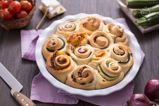 La focaccia tuttigusti è una pizza rustica,che ricorda  una torta alle rose ma salata e che contiene diversi tipi di ripieno, per accontentare tutti!