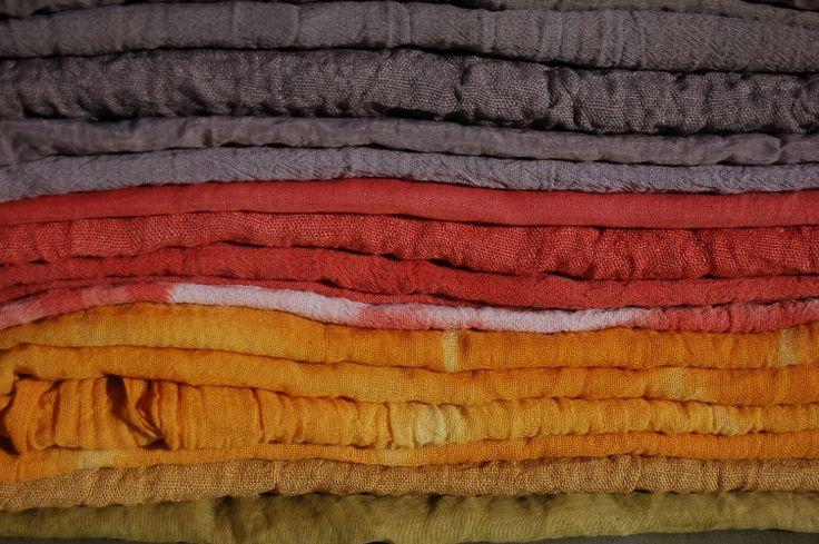 le sciarpe tinte con i colori vegetali