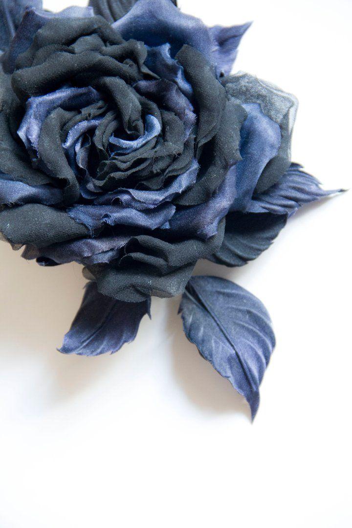 Брошь - роза из двух видов и цветов натурального шелка. Размеры: диаметр 10 см, самая длинная часть - 18 см #брошь#handmadeaccessories#украшенияручнойработы#lavkacraft#брошьизшелка#подарок#аксессуары#выпускной