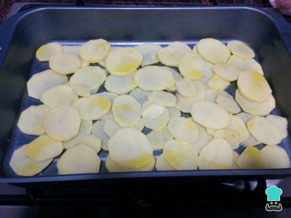 Merluza Al Horno Con Patatas Y Verduras Fácil Receta Recetas De Merluza Filetes De Merluza Pescado Al Horno