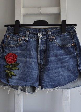 Kup mój przedmiot na #vintedpl http://www.vinted.pl/damska-odziez/szorty-rybaczki/18481501-levis-spodenki-dzins-jeans-wysoki-stan-high-waist-guziki-wyciete-aplikacja-kwiaty-roze-denim-diy-m