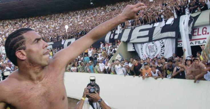Tevez joga sua camisa para a torcida após a conquista do título nacional em 2005