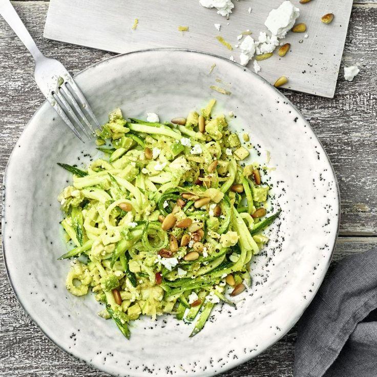 Bei unserem Zoodels-Rezept für den Thermomix kommen noch Avocado und Feta dazu. So lecker geht Low Carb.
