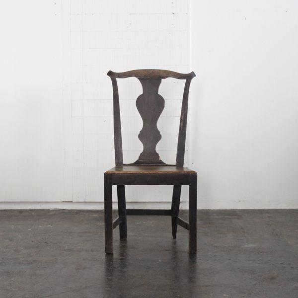 Antique Kitchen chair 1780's/イギリスで買付けた推定1780年代、ジョージアンと呼ばれる英国家具の黄金期と言われている時代のカントリーチェアです。 当店でも度々入荷する19世紀のウィンザータイプのカントリチェアに比べ、素朴なデザインではありますが、 時代を生き抜いた証とも言える朽ちたオーク材の質感が素晴らしく、風格ある佇まいです。 #家具 #ヴィンテージ #北欧 #テーブル #デザイン #アンティーク #デンマーク #イギリス #チェア