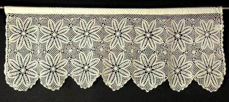 Przepiękna zazdrostka ażurowa w kolorze kremowym 50x200 cm .Wykonana z bawełnianej, dość grubej nitki. Wzór przedstawia polne kwiaty. Górna część zazdrostki zakończona tunelem. Idealnie nadaje się do dekoracji okna w kuchni - zazdrostka w stylu starodawnym.