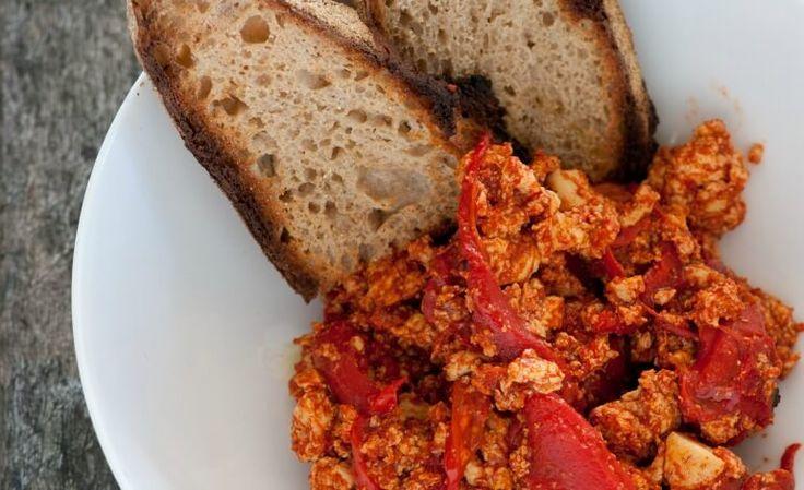 Un'idea golosa e furba per consumare questo delizioso ingrediente vegano: tofu strapazzato ai peperoni rossi con pane tostato.