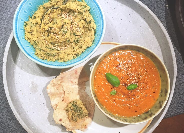 Rostad morotssoppa med karamelliserad vitkål & grönkålshummus. Enkelt, nyttigt och gott vegan recept för att förgylla middagen!