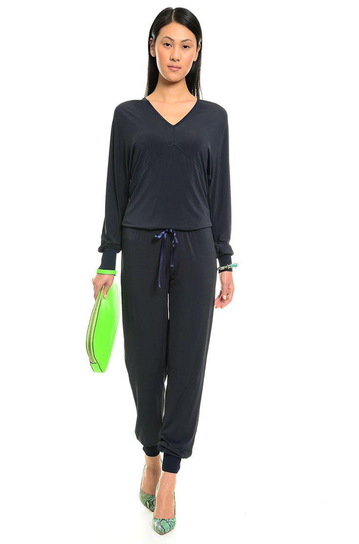 Twin-set fresco in jersey stretch composto da maglia con scollo a v, maniche lunghe a pipistrello, polsini a costine e da pantaloni della tuta con la coulisse e fondo a costine. Euro 185 #diffusionetessile #sport #fashion #tuta