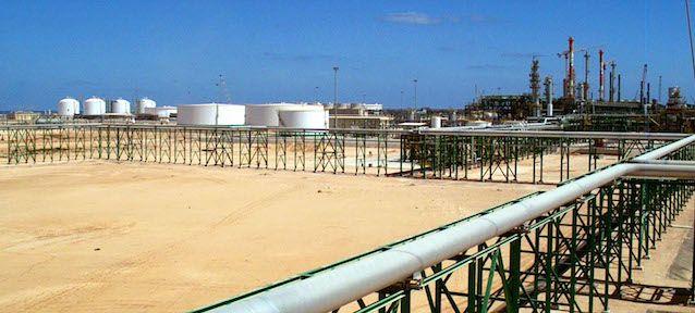 ENI, la più importante azienda energetica italiana, è diventata nelle ultime settimane l'unica società internazionale ancora in grado di produrre e distribuire petrolio e gas in Libia, dove da mesi si combatte una guerra civile tra due governi e decine di milizie rivali.