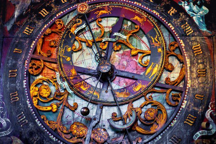 Astronomische monumentale Uhr mit Glockenspiel, Astrolabium  und Kalendarium befindet sich im St.-Paulus-Dom, der eine römisch-katholische Kirche in Münster (Westfalen) ist.