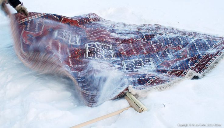 Tvätta dina orientmattor i snö   Arhan Orientaliska Mattor  Cleaning a wool rug with snow!