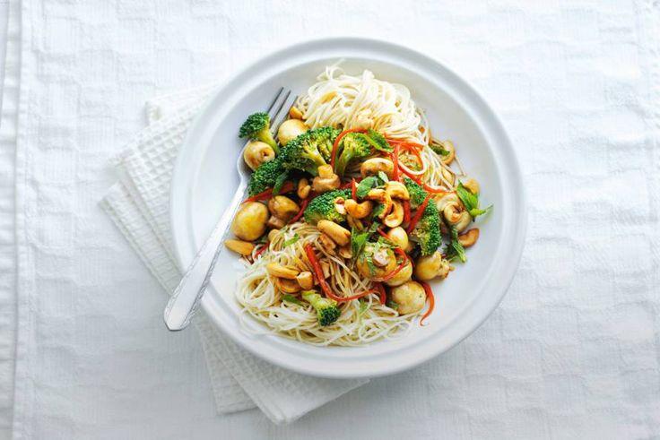 Kijk wat een lekker recept ik heb gevonden op Allerhande! Noedels met broccoli en cashewnoten