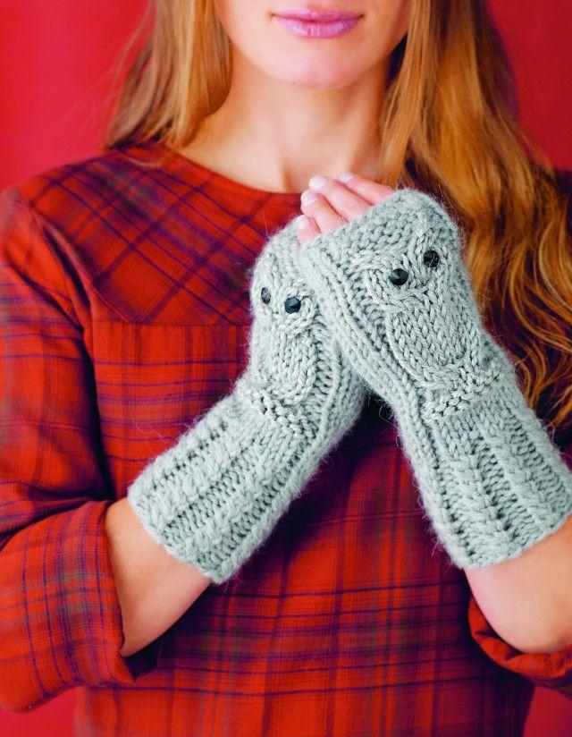 Ugler er populære for tiden, så strikk minst ett par! Slike pulsvarmere er nemlig en gave som garantert vil bli satt pris på!