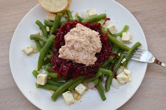 recept: een héérlijk slaatje van verse bonen, rode bietjes, feta, pijnboompitjes en tonijn