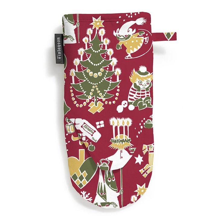 Red Christmas Moomin oven mitt by Finlayson. The delightful pattern was drawn by Tove Jansson.Size 30 x 15 cm.Kaunis Finlaysonin Joulumuumi patakinnas. Tuo vähän Muumimaista taikuutta keittiöösi.Koko 30 x 15cm.Vacker ugnshandskemed Julmumin design. Hämta lite Mumin magi till ditt kök.Storlek 30 x 15cm.