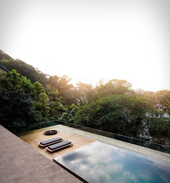 The Rainforest House (Casa Na Mata) is a stunning retreat nestled in the dense vegetation of the Brazilian rainforest. Located on the coast of the Brazilian municipality of Guarujá, the spectacular house was designed by Brazilian architects Studio MK