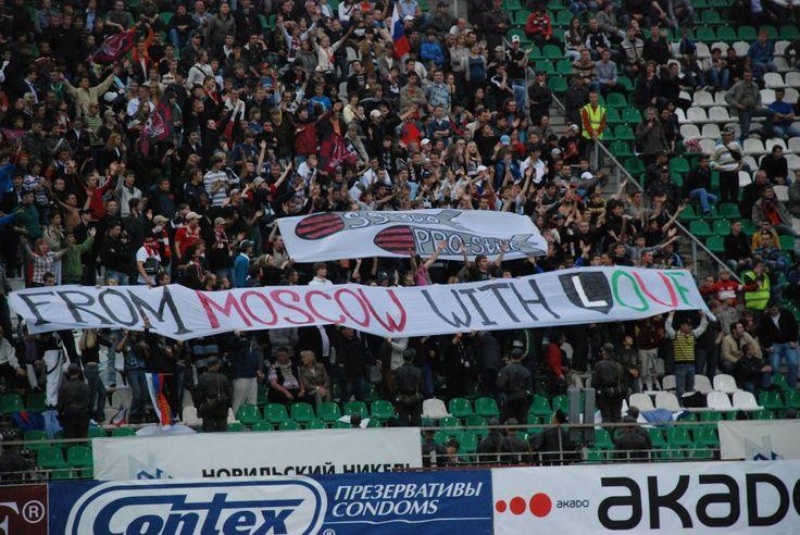 Kibice FK Moskwa podczas meczu z Legią Warszawa w 2008 r. - fot. Tomasz Janus / sportnaukowo.pl