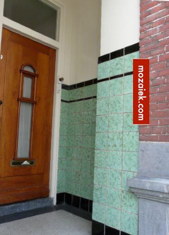 tegels in portiek | de zwarte tegels met afgeronde bovenkant zijn nog steeds verkrijgbaar bij mozaiek utrecht