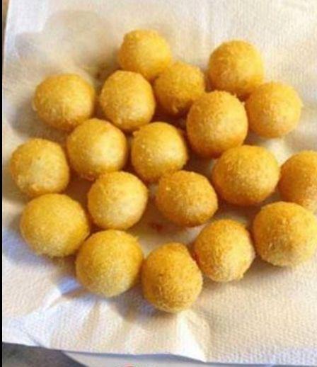 Τυρομπαλάκια πεντανόστιμα και αφράτα! Μπορείτε να τα βάλετε στη κατάψυξη και να τα τηγανίσετε όποτε θέλετε.
