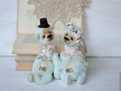 Купить или заказать Свадебная пара мишек ' Вместе навсегда' в интернет-магазине на Ярмарке Мастеров. Еще один вариант моих мишек 'Вместе навсегда' Эта пара - в бохо стиле. Наша жизнь - это мгновения, эмоции, впечатления. Пара мишек в качестве подарка на свадьбу, годовщину, подарка влюбленной паре, станет прекрасной яркой эмоцией и впечатлением для людей, которым вы ее подарите! Проверено на практике) Мишки сшиты из вискозы, набиты опилочками. 5 шплинтов, тонированы маслом. Сами не стоят.