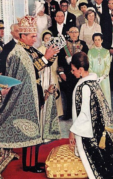 Irã, o xá coroa a imperatriz Farah em sua cerimônia de coroação em 1967 / Iran, Shah crowning Empress Farah at their coronation ceremony in 1967