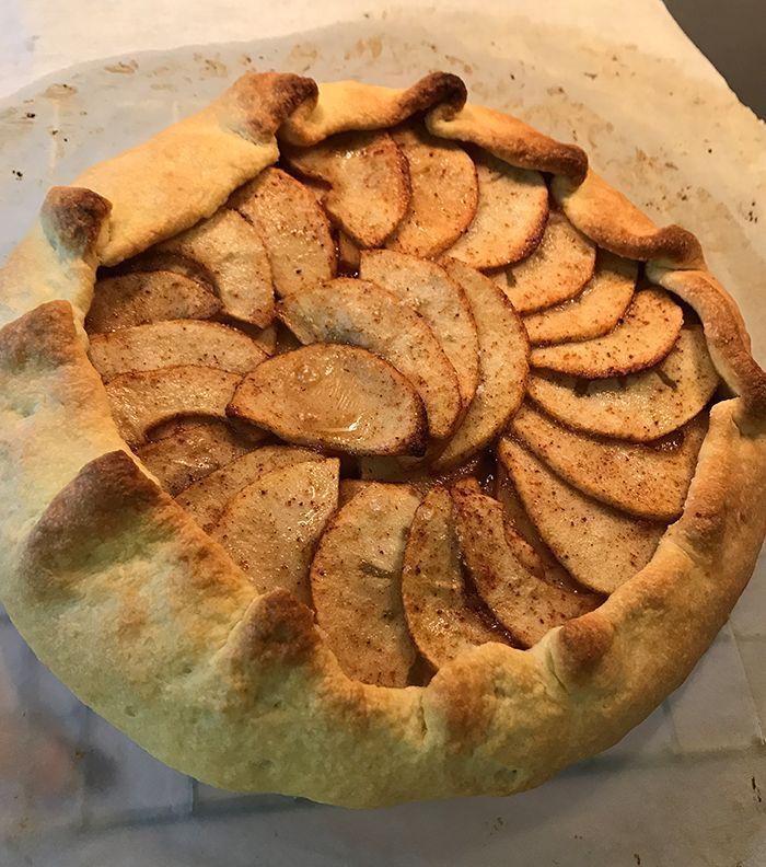 A galette szilvás változatát már megosztottam veletek, az almás sem lesz bonyolultabb, sőt, annyival egyszerűbb, hogy nem kell bajlódni sem főzéssel, sem keményítő hozzáadásával.