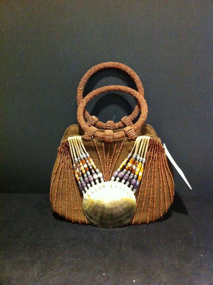 splendida borsa con manici rigidi, arricchita con conchiglia vera. E' stata fatta in Italia. Misura 21X27 cm.