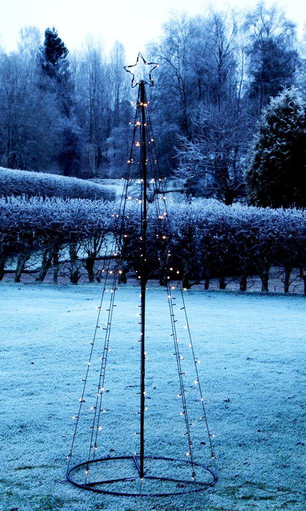 Om du ikke har et eget tre å pynte utendørs til jul, så er dette dette juletreet i metall noe for deg. Det passer flott i hage eller foran hus og har 170 LED, hvorav 17 blinker. Ferdig montert måler det 210 cm i høyden.