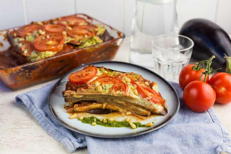 Recept voor melanzane voor 4 personen. Met zout, olijfolie, peper, bakpapier, aubergine, ricotta, pastasaus, pecorino, groene pesto, knoflook, ui, Italiaanse kruiden en tomaat