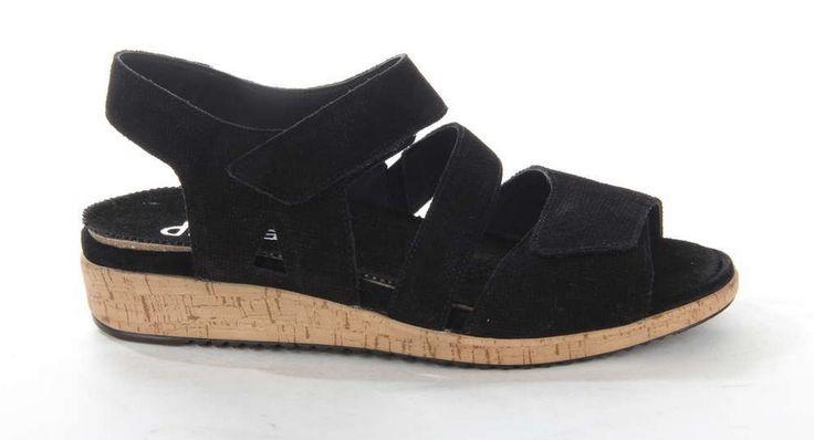 Zwarte damessandaal van Durea waarvan de zool is vervaardigd uit lichtgewicht kurk. Dit geeft de sandaal een hippe uitstraling. #durea #sandal #kurk #black #trendy