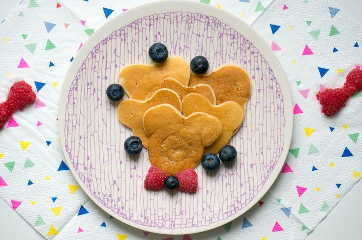 Mickey Mouse is een van de favoriete Disney figuren van kinderen. Dus waarom geen Mickey Mouse pannenkoeken maken, dan wil je zeker punten.