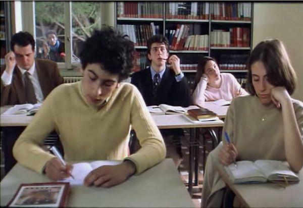 """""""OVOSODO"""" di Paolo Virzì.  Le scene ambientate in aula nel liceo frequentato da Piero Mansani, detto Ovosodo, hanno sullo sfondo gli scaffali della biblioteca di classe e l'esame di maturità si svolge nella biblioteca scolastica."""