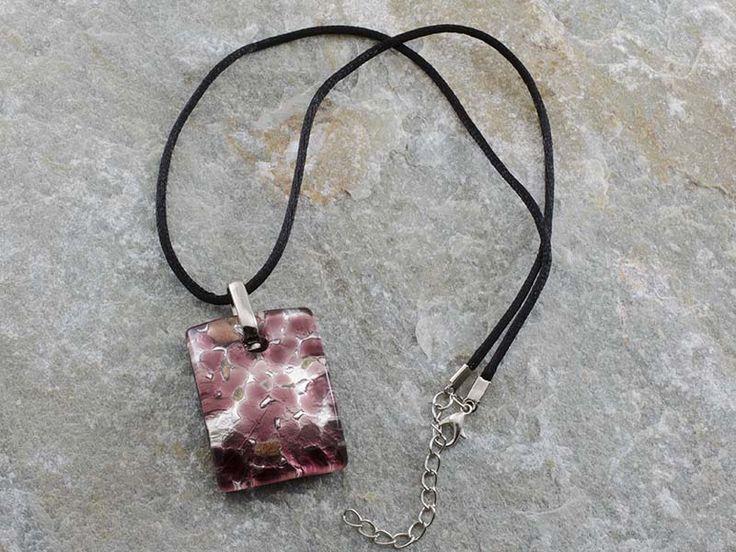 Collana pendente in vetro di Murano con piastra rettangolare e bombata con sfumature di vinaccia. Il cordino è in alcantara di colore nero