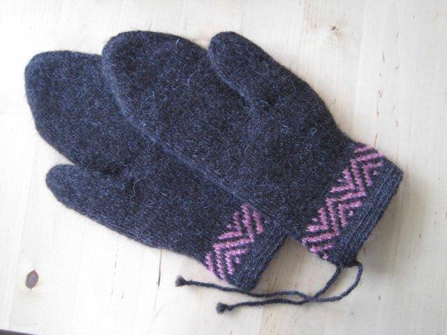 Lappone: twined knitting / tvåändsstickning. #mittenS:-)