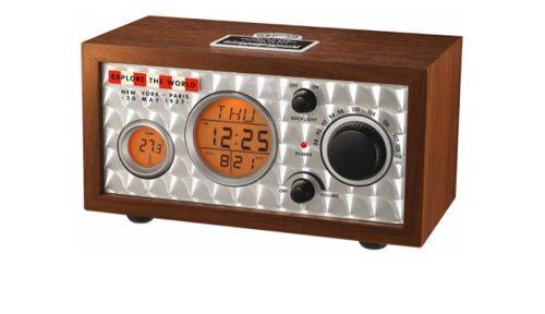 Ambiance Amérique vintage, le radio-réveil retro Beacon Spirit of St Louis fait aussi horloge et affiche la température. Sa coque en bois et sa façade en aluminium ciselé lui donne un petit côté aventurier/ aviateur très masculin. Il est disponible chez...